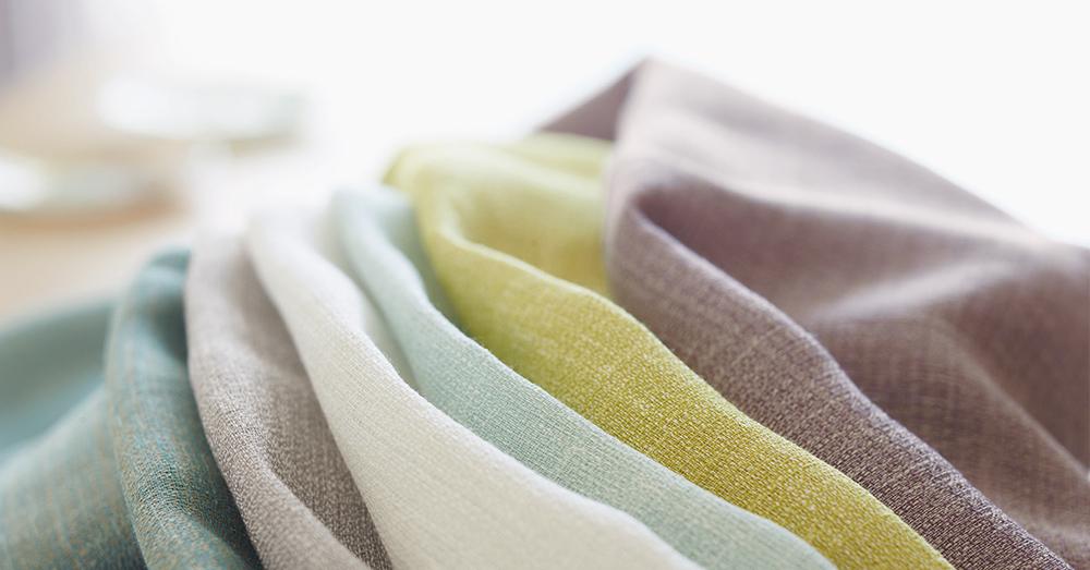 Intensywne czy stonowane? Jak dobrać kolor zasłon do wnętrza mieszkalnego?